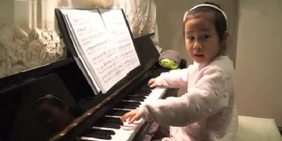 4岁女孩弹钢琴 150万人都在看 更有20万人转发