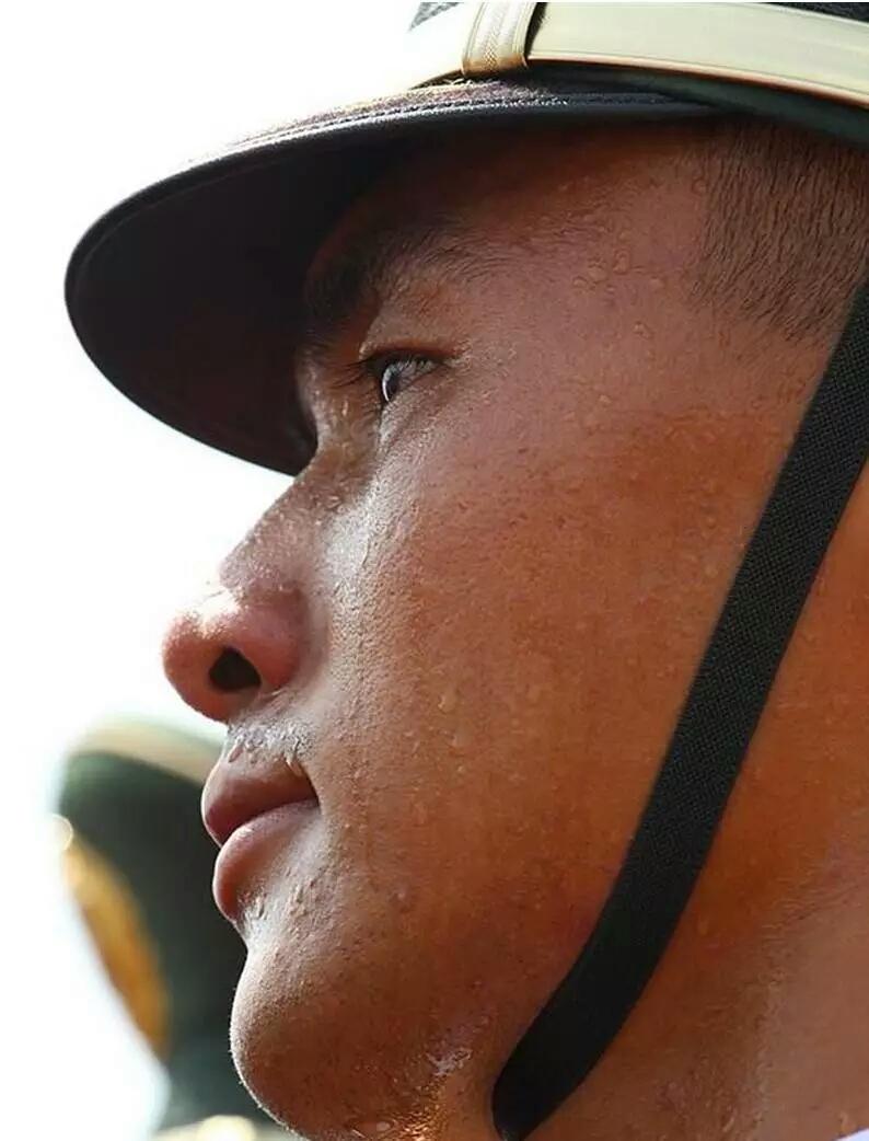 天安门国旗护卫队 35年 25000次升降旗0失误 值得所有中国人为他们喝彩