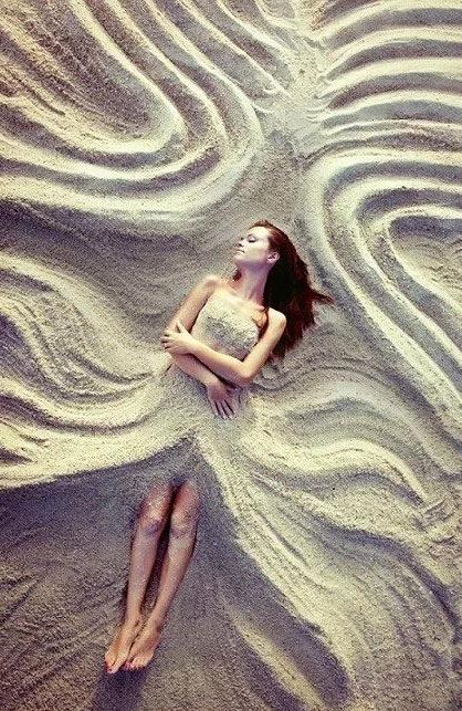 外国人   居然在   沙滩上  拍这种  照片      第一张你就不敢看