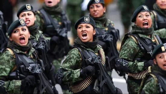 震惊全球的女兵阅兵 看到最后一个真是太美了