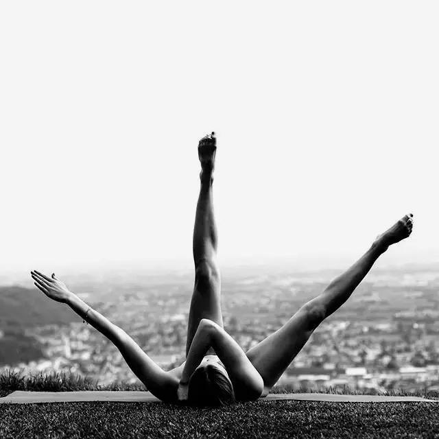 黑白光影裸體瑜伽極致的人.圖片