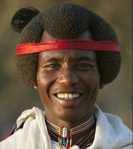 非洲女孩发型搞怪头发玩手机弹.