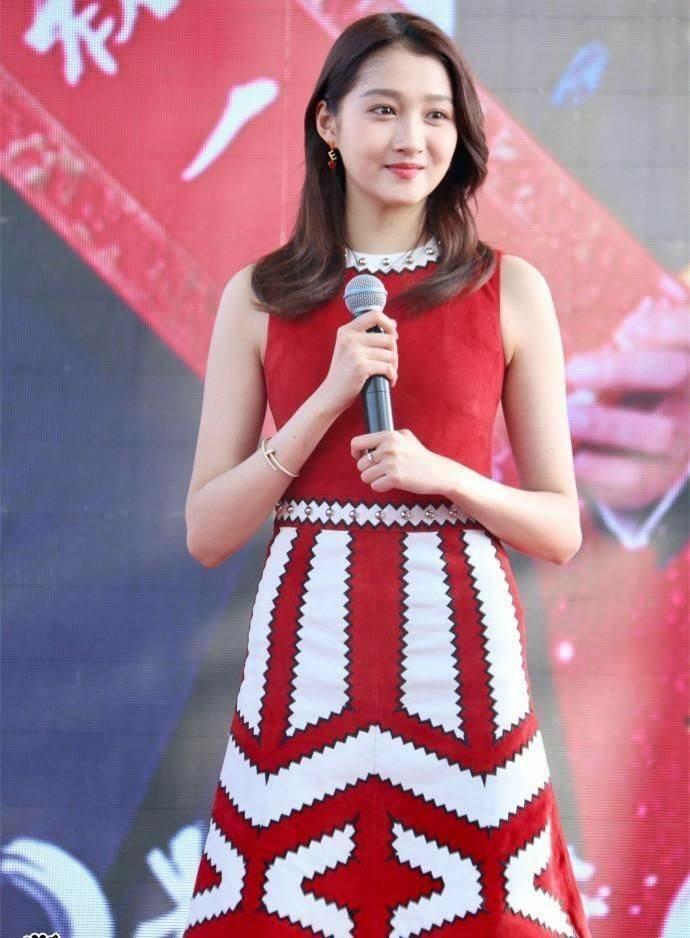 关晓彤穿红色连衣裙秀出傲人的大长腿,网友:替黄晓明感到忧伤
