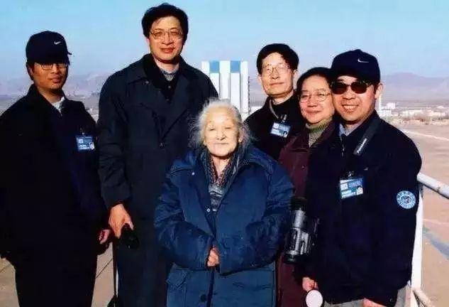 一位贫穷的老人 悄然离世 然而她的背景 震惊全世界 她才是中国 真正的明星