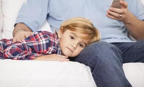 当中国父母纵容孩子玩手机 法国政府却公开干了这件事