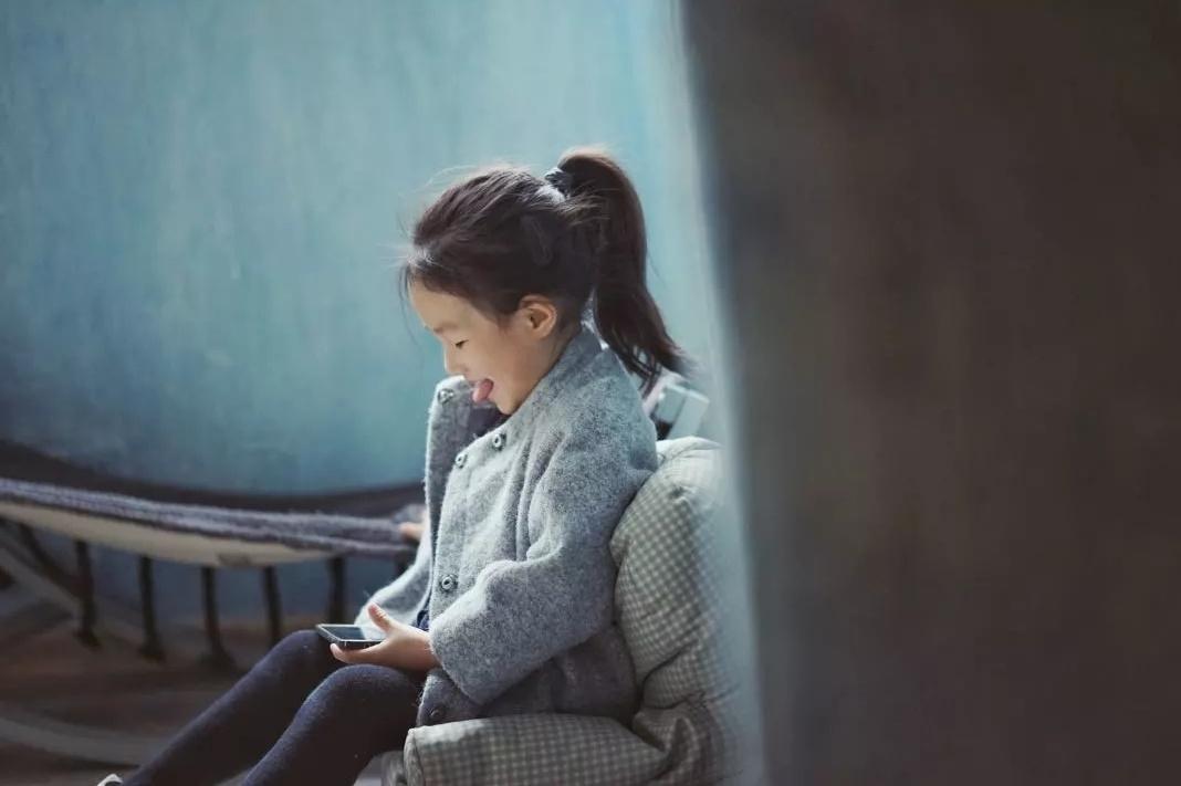当中国父母纵容孩子玩手机法国.图片
