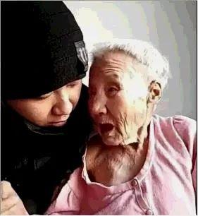 暖哭朋友圈的瞬间 这世上最爱孩子的人 或许不是妈妈