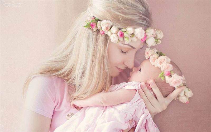 女作家含泪说母爱        当  母亲    老    了      她    就    是    我    们    的    孩    子  (副本)