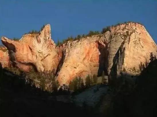 今天请大家欣赏一组神奇的照片平时见不到的奇石、怪石,全在这里了,一起来开开眼吧!