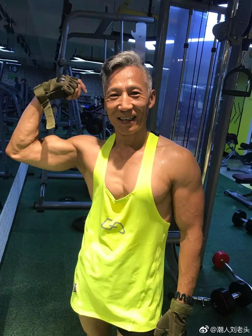 61岁中国大爷 爆红米兰时装周 吸粉70万 碾压所有小鲜肉
