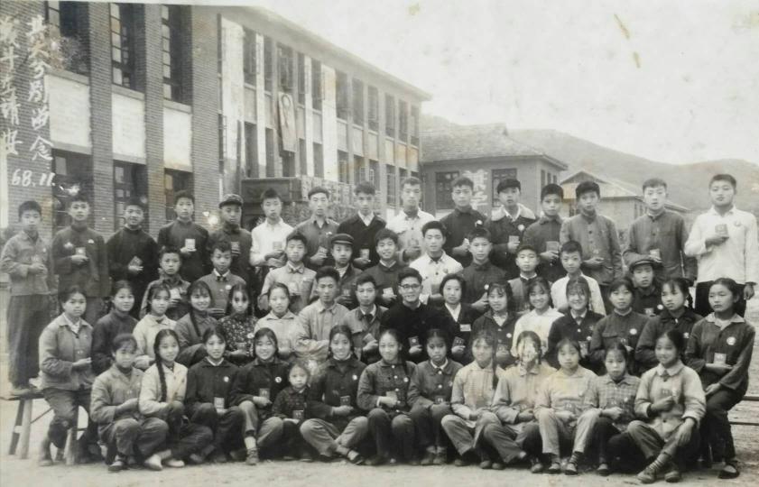 《与往事干杯》 一纪念迁校50周年一 梁鸿云