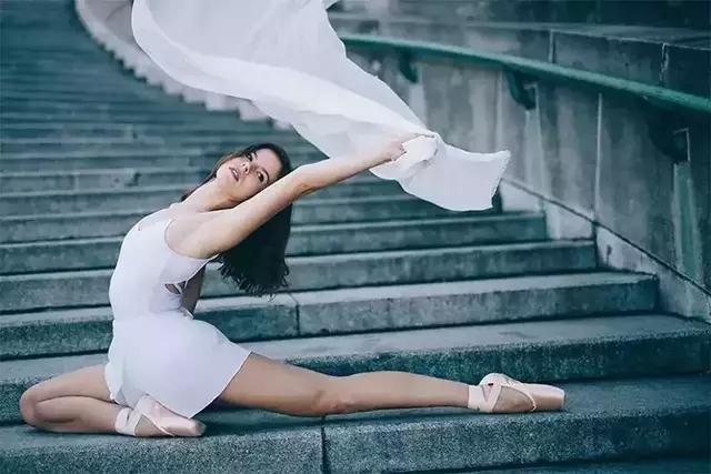一组惊艳      全球的照片告诉你:       只要心中起舞      全世界都是你的     舞台