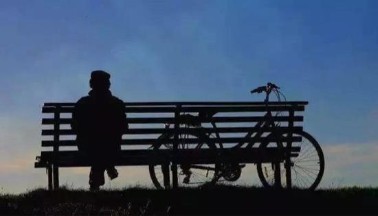 人间最妥帖的 尊嚴 体现在生命的 起点与终点   这世上最远的距离 是仅隔一条马路 我却见不到你