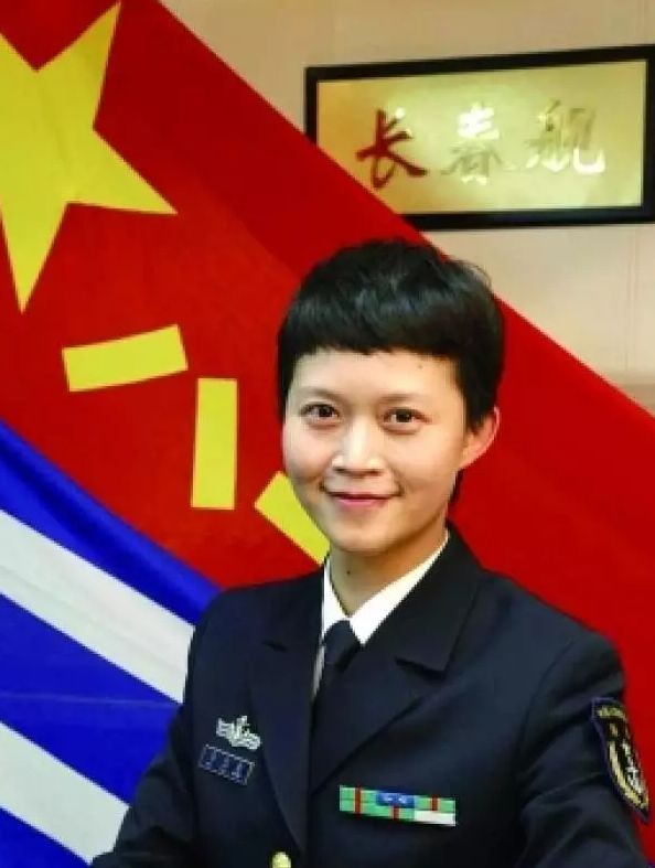 """500万点赞!中国首位女实习舰长,从""""美女博士""""""""到""""嫁给航母的开挂人生!"""